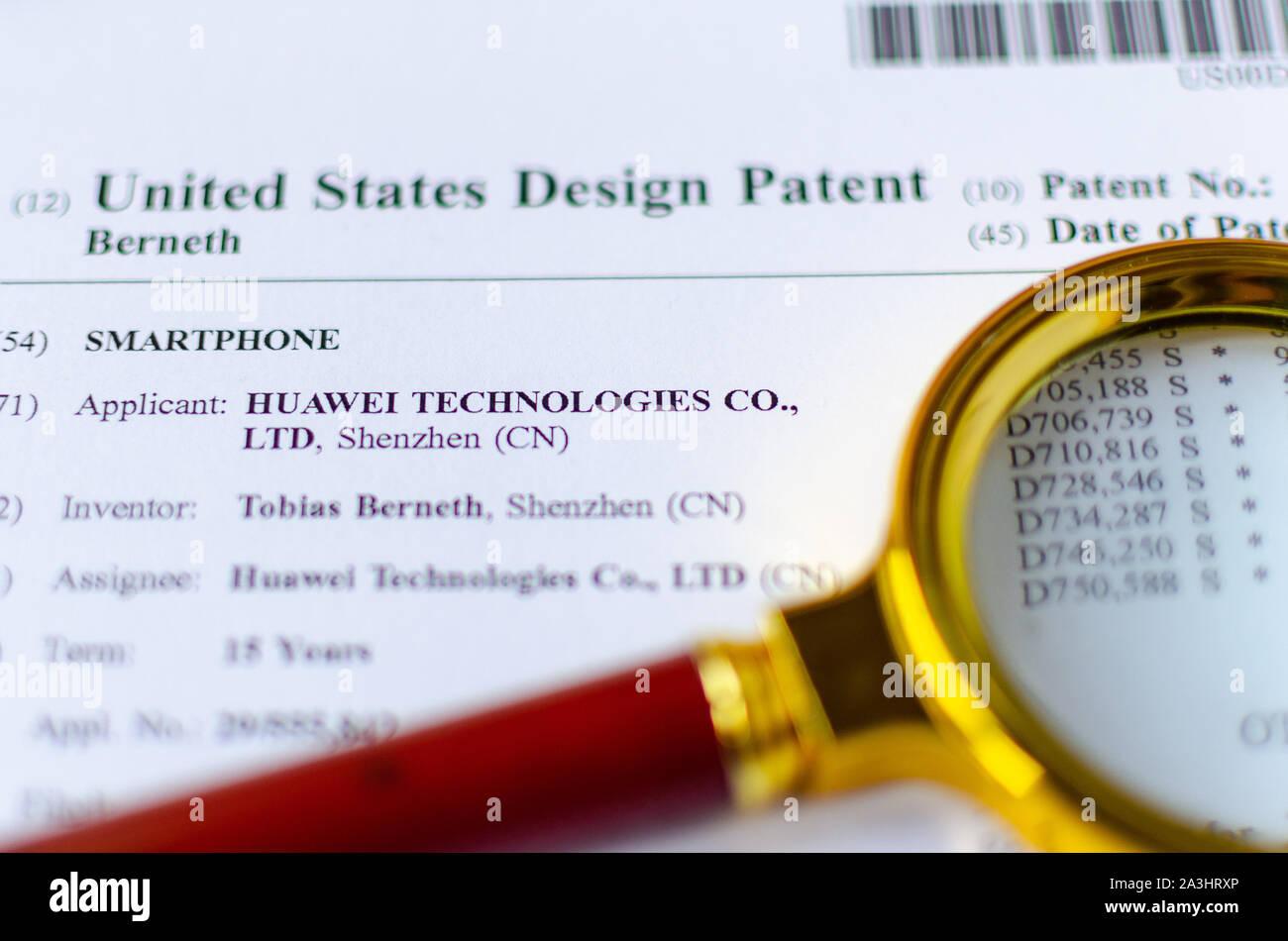 La foto de cierre de Huawei lupa y patentes de Estados Unidos. Las tecnologías chinas están bajo investigación. Foto de stock