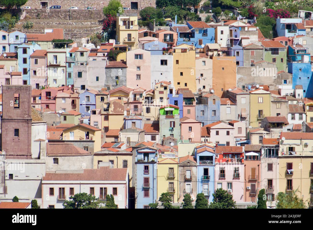 Coloridas casas en Bosa, Cerdeña, Italia. El paisaje en Oristano. Foto de stock