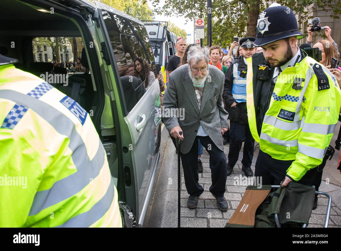 Londres, Reino Unido. El 9 de octubre, 2019. John Lynes, de 91 años de edad, activista del clima de la extinción, la rebelión es arrestado por agentes de la policía utilizando la sección 14 de la Ley de Orden Público de 1986 tras bloqueo Whitehall en el tercer día de rebelión Internacional manifestaciones para exigir una declaración gubernamental de un clima y de emergencia ecológica, un compromiso de detener la pérdida de biodiversidad y neto de cero emisiones de dióxido de carbono en 2025 y que el gobierno cree y ser guiados por las decisiones de una asamblea de ciudadanos sobre el clima y la justicia ecológica. Crédito: Mark Kerrison/Alamy Live News Foto de stock