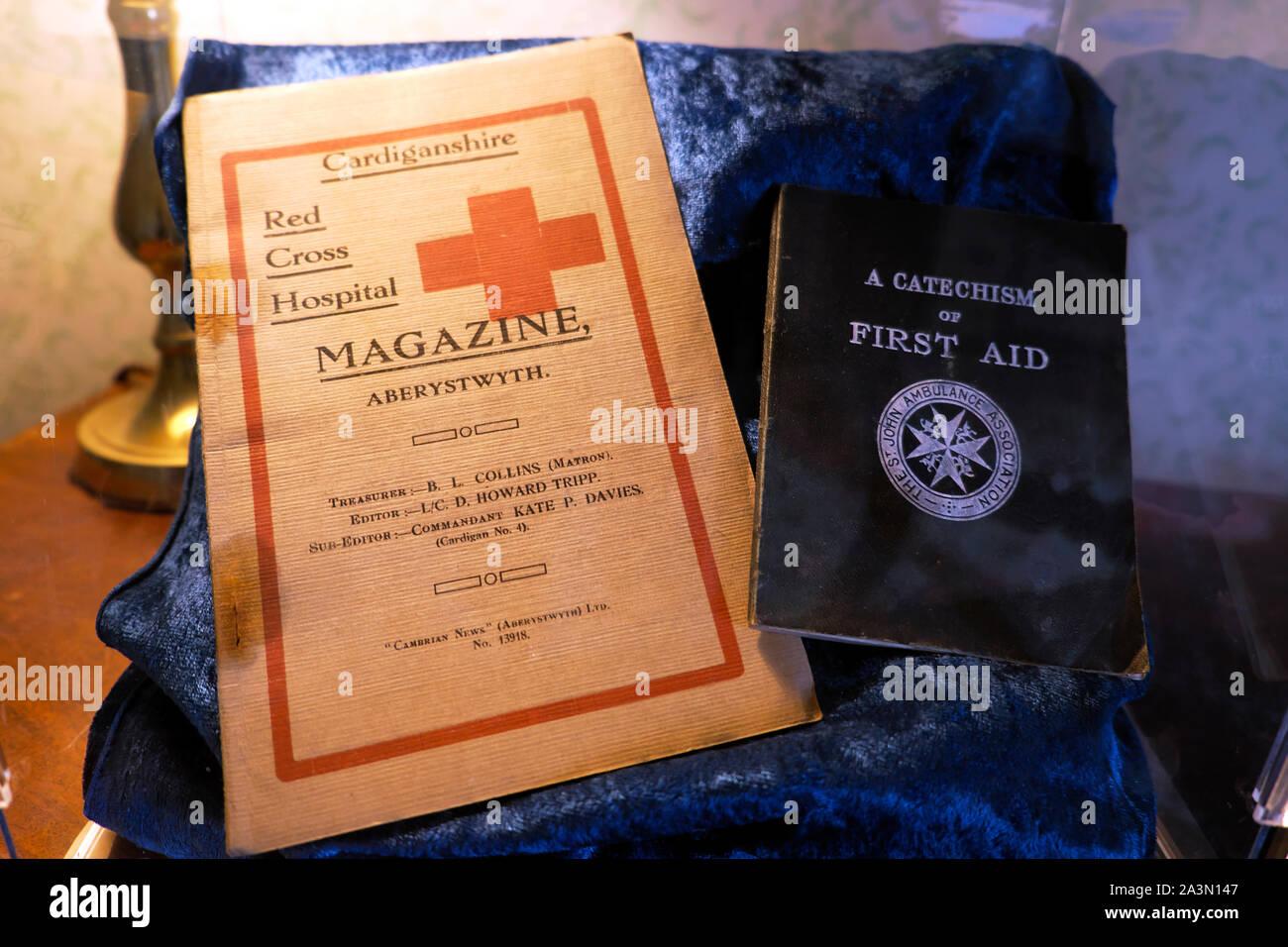 """Hospital de la Cruz Roja Revista cubierta delantera y un Catecismo de """"Primeros Auxilios"""" folleto histórico Gales UK KATHY DEWITT Foto de stock"""
