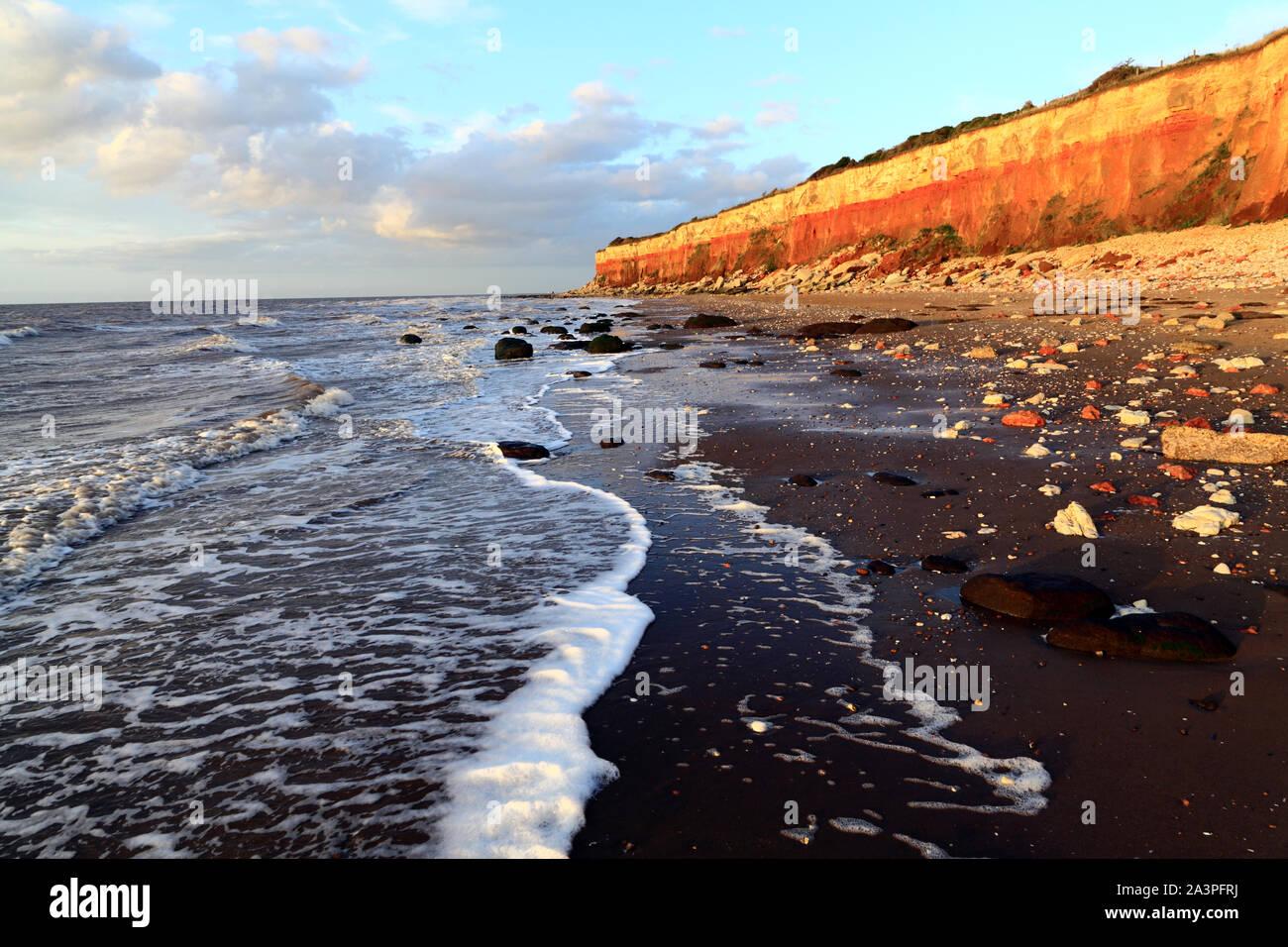 Old Hunstanton, rayados de acantilados, la playa, el lavado, el Mar del Norte, Norfolk, Inglaterra. Foto de stock