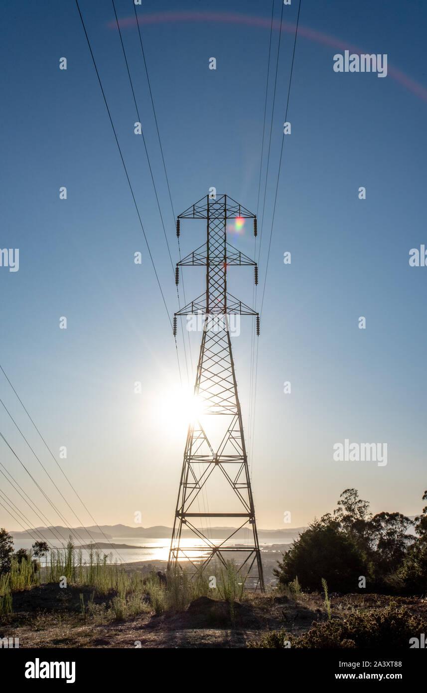 Altura de la torre del transformador de PG&E con las líneas eléctricas y la vista de la Bahía de San Francisco, desde el Cerrito Hills, arco iris y los brillos de la lente como el sol brilla a través de. Foto de stock