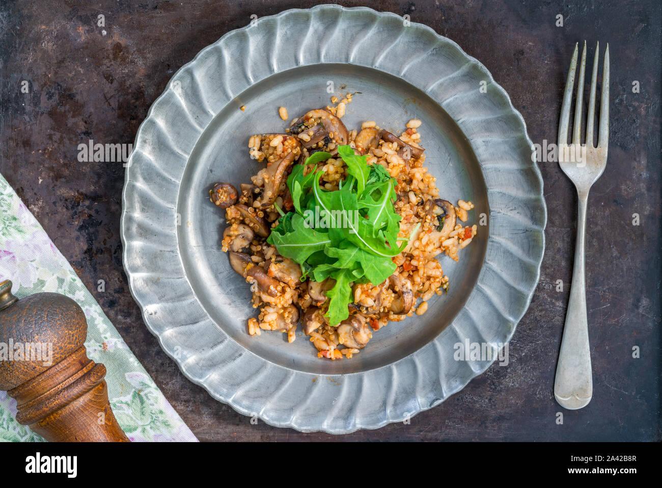 Las setas, chorizo y tomillo risotto con lechuga rocket - vista superior Foto de stock