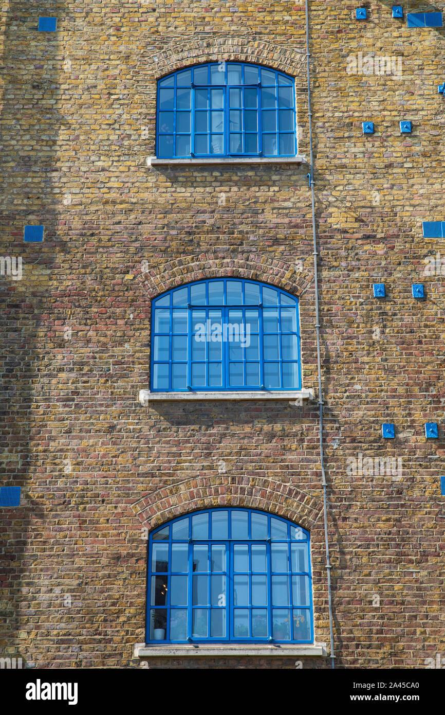 Vista exterior (detalle) de un bloque de apartamentos residenciales en Wapping, Inglaterra. Foto de stock