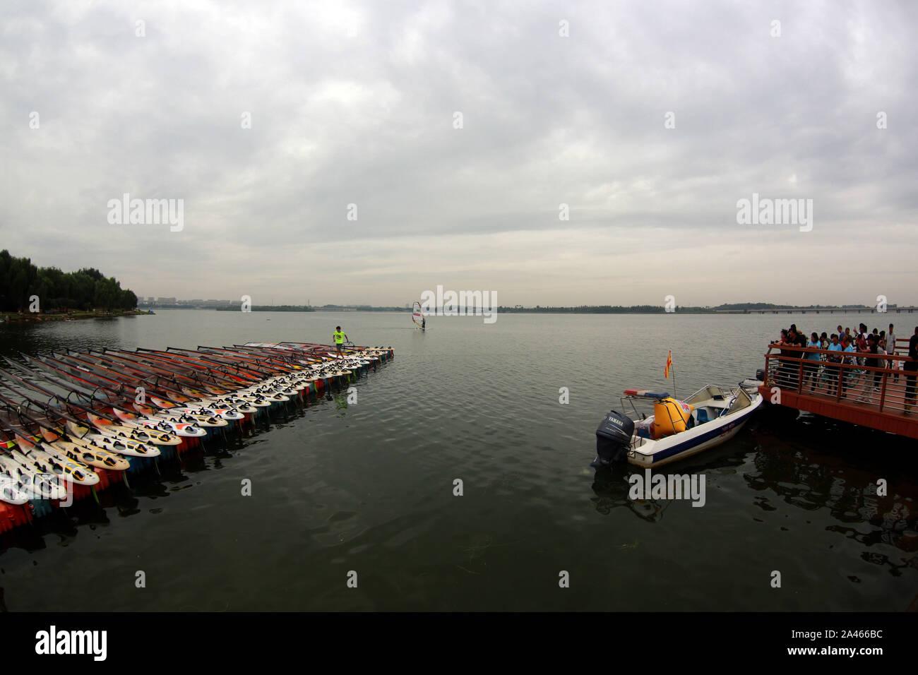 Imagen de los barcos en el lago del Parque lila en la China del 11 de windsurf Challenge en la ciudad de Shenyang, en el noreste de la provincia china de Liaoning, 7 Septem Foto de stock