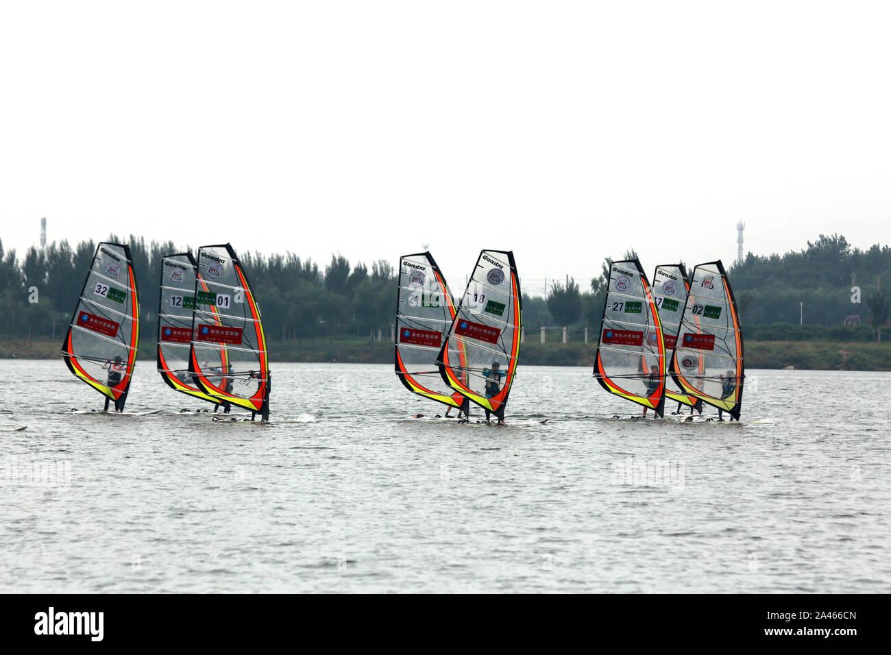 La gente windsurf en el lago del Parque Lila durante los 11 China Windsurf Challenge en la ciudad de Shenyang, en el noreste de la provincia china de Liaoning, 7 Septemb Foto de stock