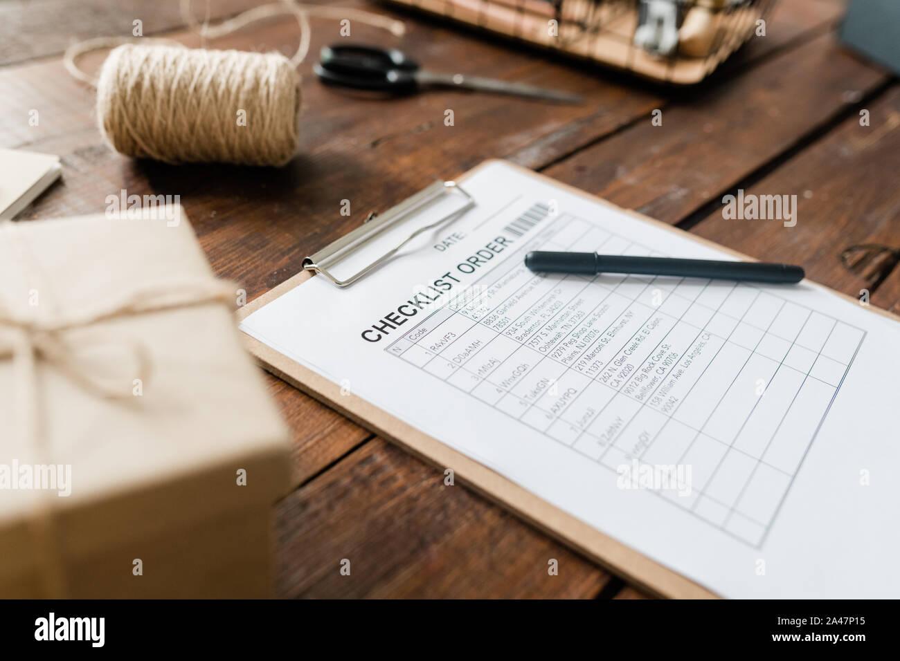 Portapapeles con el documento y la pluma, bobina de hilos, repleto de verificación y otros elementos Foto de stock