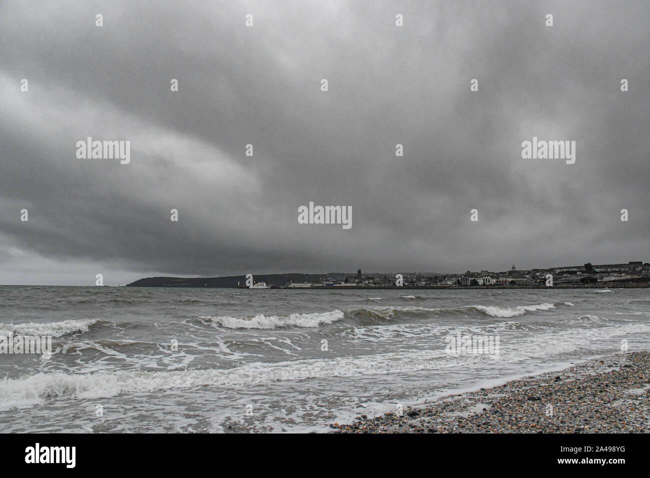 Chyandour, Cornualles, en el Reino Unido. 13 de octubre de 2019. El clima del Reino Unido. Cielos grises dando casi una imagen monocroma de la vista hacia el Penzance esta mañana. Simon crédito Maycock / Alamy Live News. Foto de stock