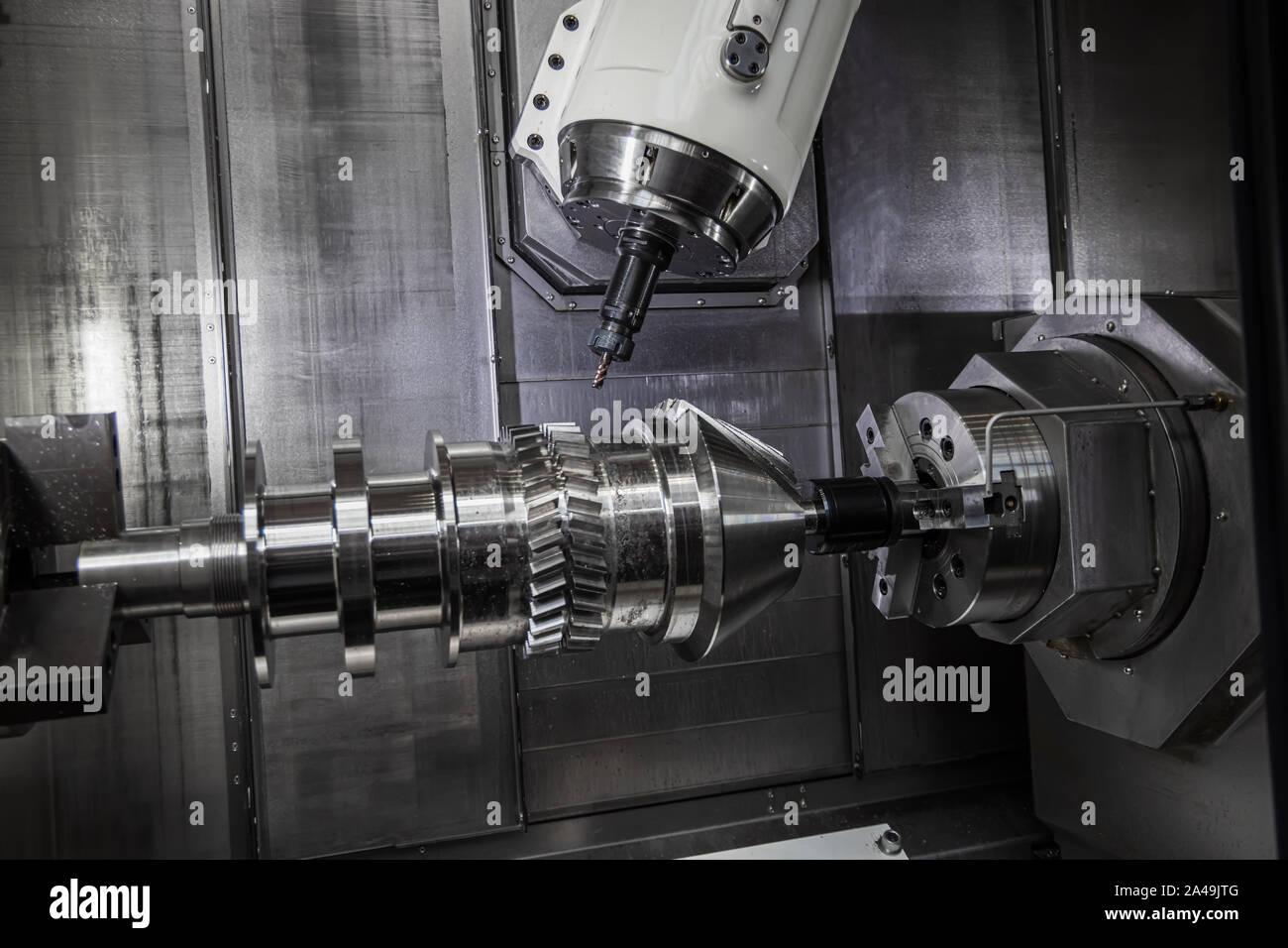 Metalmecánica tornos CNC fresadora. Cortar metal moderna tecnología de procesamiento. La molienda es el proceso de mecanizado utilizando cortadoras giratorias para eliminar Foto de stock