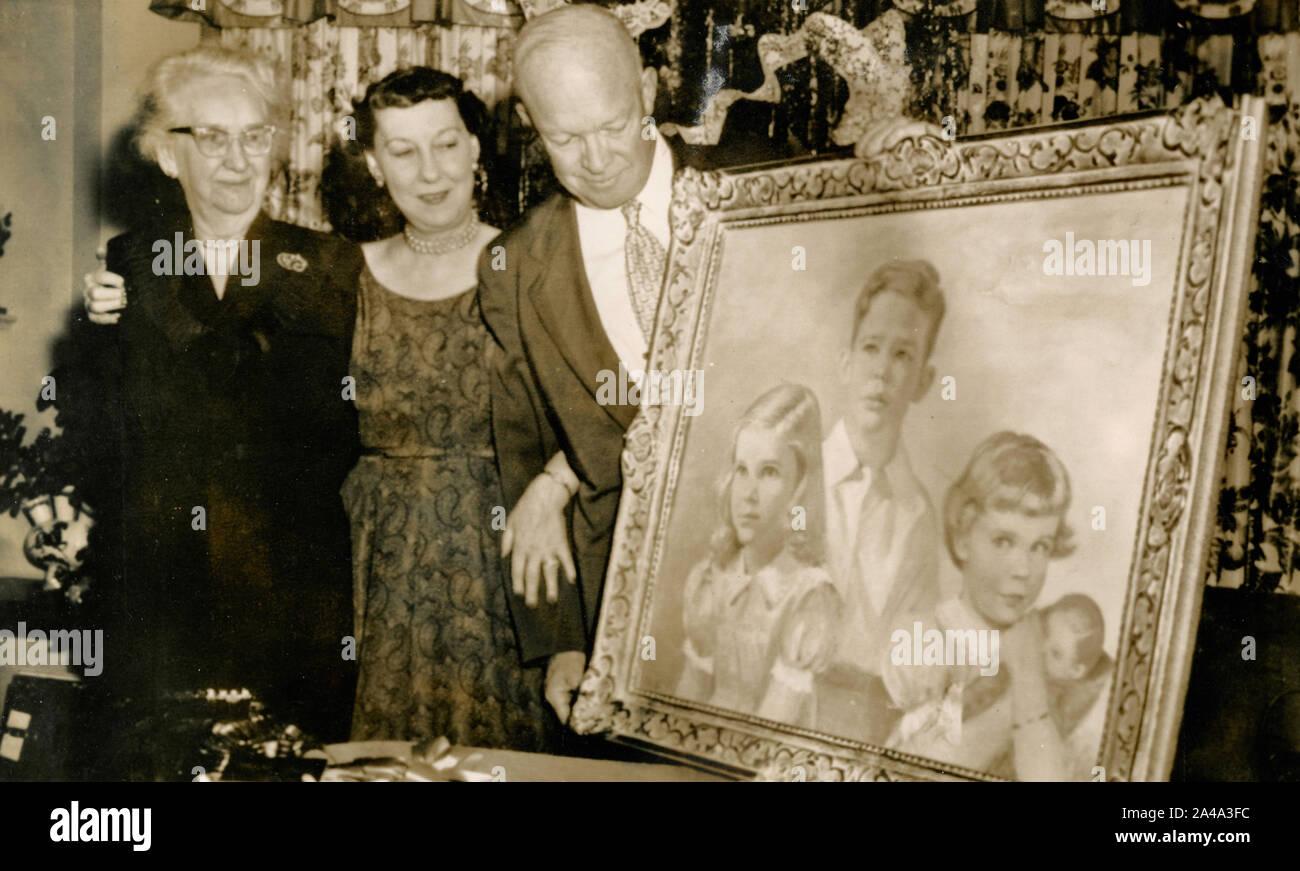El Presidente de los Estados Unidos, Dwight Eisenhower con su familia mostrando un nuevo retrato, USA 1954 Foto de stock