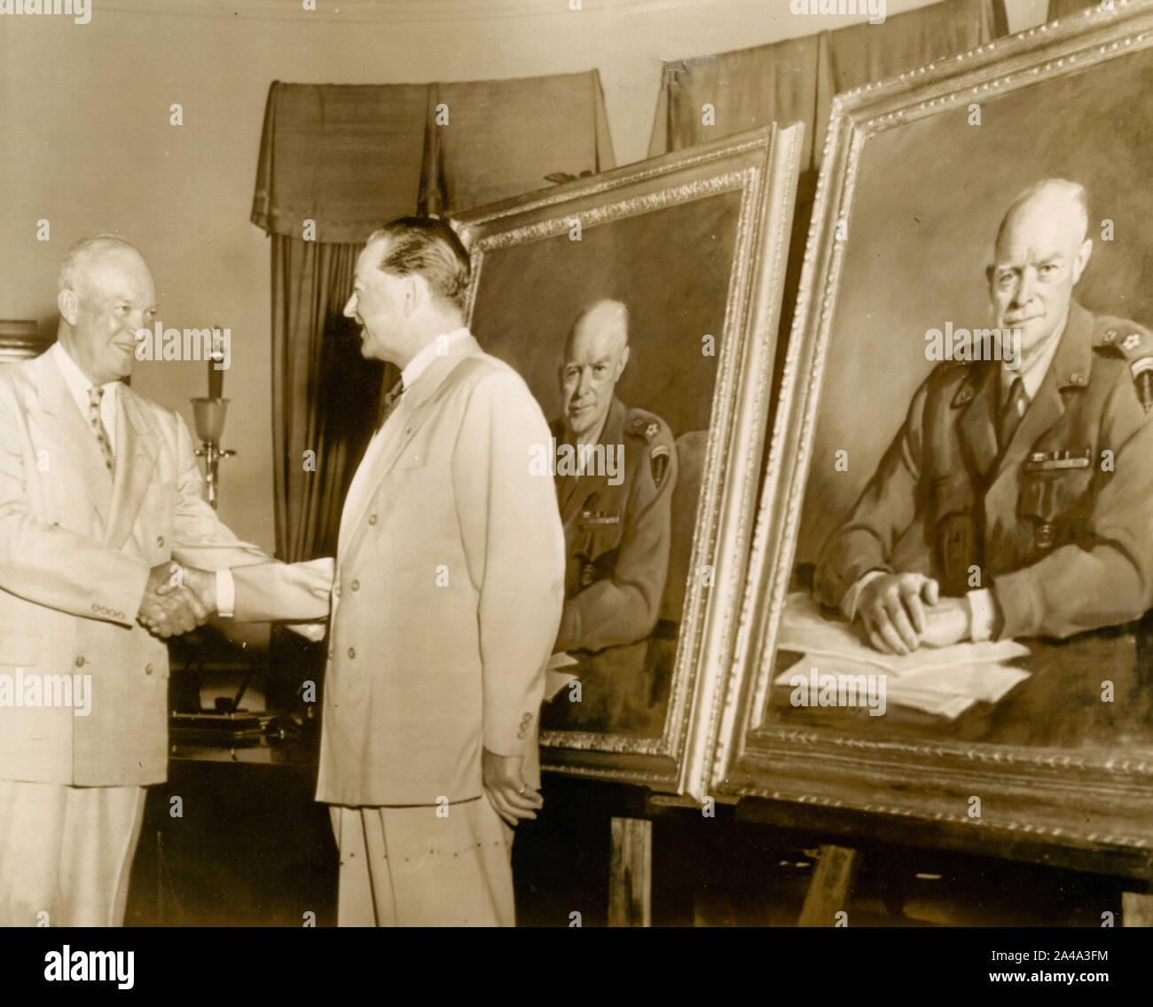El Presidente de los Estados Unidos, Dwight Eisenhower, saluda el pintor que hicieron sus retratos, USA 1954 Foto de stock