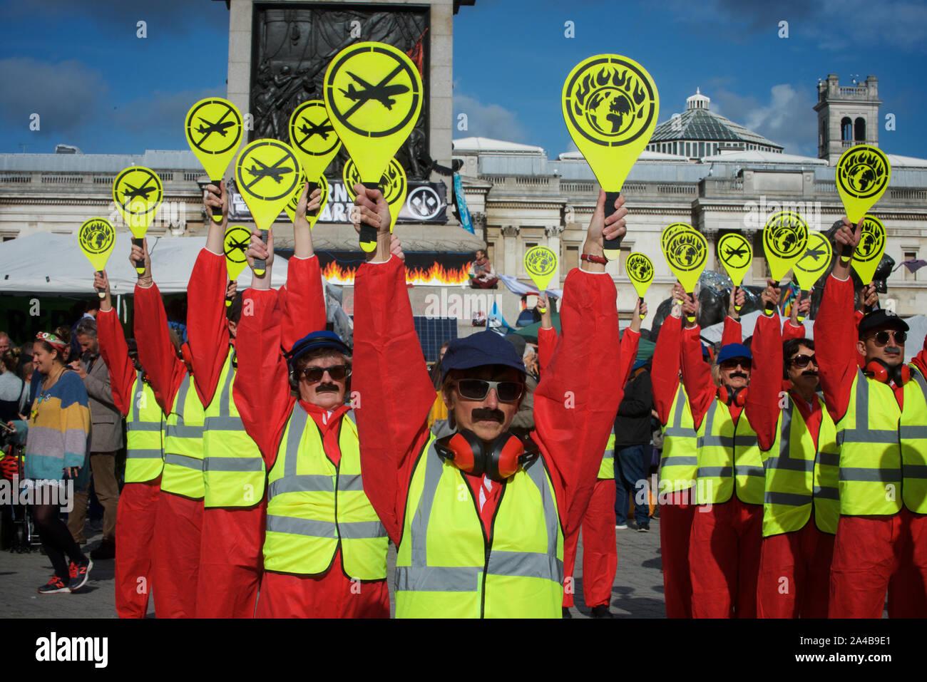 """Extinción rebelión protesta continuó en Londres del 7 de octubre. El objetivo de la participación de las masas en la acción directa no violenta y la desobediencia civil fue llamar la atención sobre la crisis climática y la pérdida de biodiversidad. Extinción rebelión demandas son que los gobiernos decirle al público la verdad sobre el verdadero alcance de la crisis, tomar medidas ahora para reducir las emisiones de CO2 y establecer asambleas de ciudadanos para supervisar los cambios de política. Además, exigen que se tomen medidas para poner fin a la destrucción del mundo natural que conduce a la """"sexta extinción masiva"""" de especies. Foto de stock"""