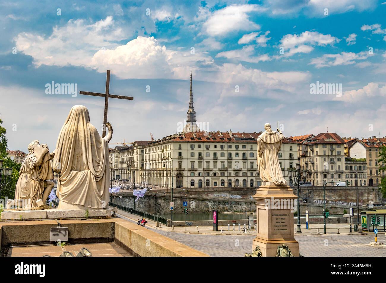 Las estatuas de la fe y la religión frente a la ciudad de Turín, cruzando el río Po,en la parte superior de los pasos de la Chiesa della Gran Madre di Dio inTurin,Italia Foto de stock