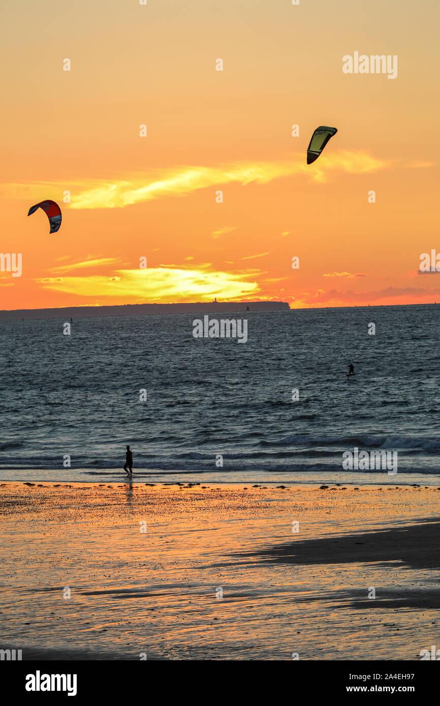 Saint-Malo, Francia - 13 de septiembre, 2018: Sunset y cometa en la playa en Saint-Malo, Bretaña, Francia Foto de stock