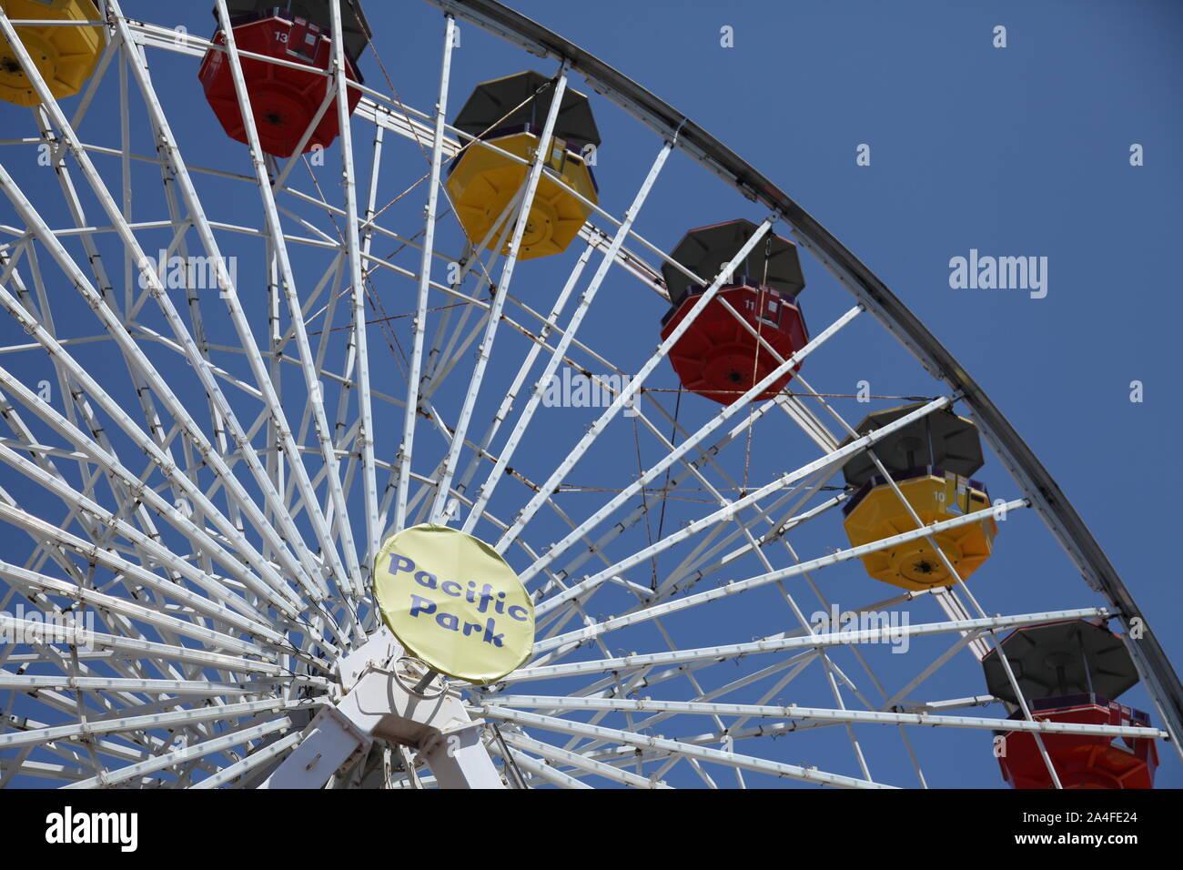 Santa Monica, California, EE.UU., la energía solar noria de Pacific Park en Santa Monica Pier oceanfront amusement park Foto de stock