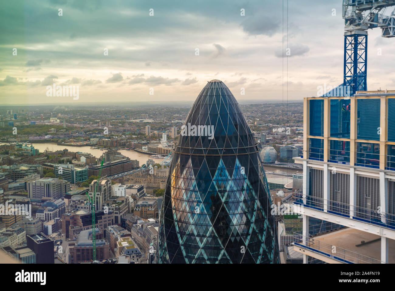 El pepinillo tower visto desde arriba con el Thames River en el fondo Foto de stock