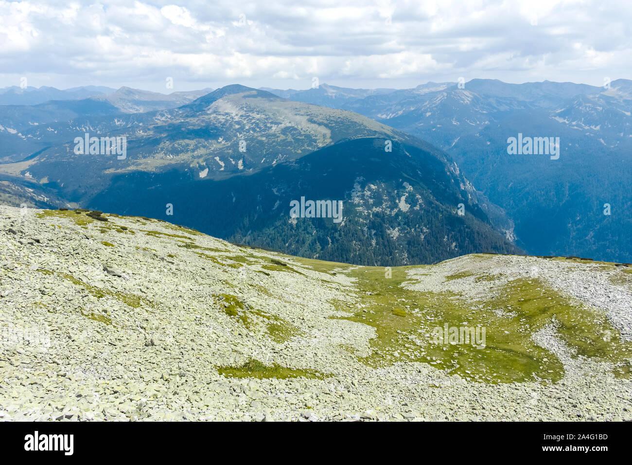 Paisaje de senderos de miedo (Strashnoto) Lago a Kupens picos, macizo de Rila, Bulgaria Foto de stock