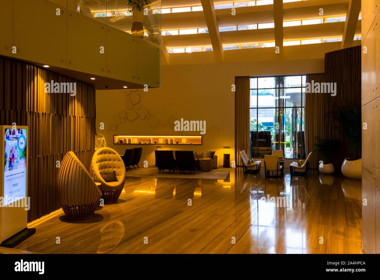 Dubai, Emiratos Árabes Unidos - Diciembre 2, 2018: Elementos de diseño interior moderno y arquitectura del hotel Le Royal Meridien Beach Resort & Spa. Foto de stock