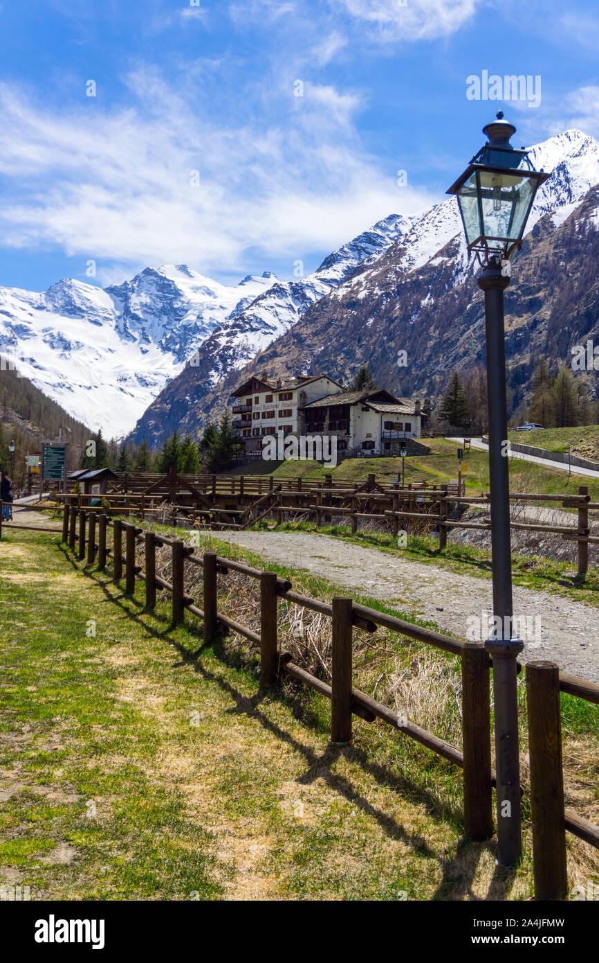 Italia, Valle de Aosta, Valnontey, montaña en el Gran Paradiso, hotel Paradisia backgroung Foto de stock