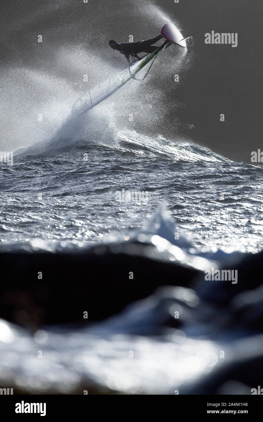 La windsurfista saltar una ola en Noruega Foto de stock