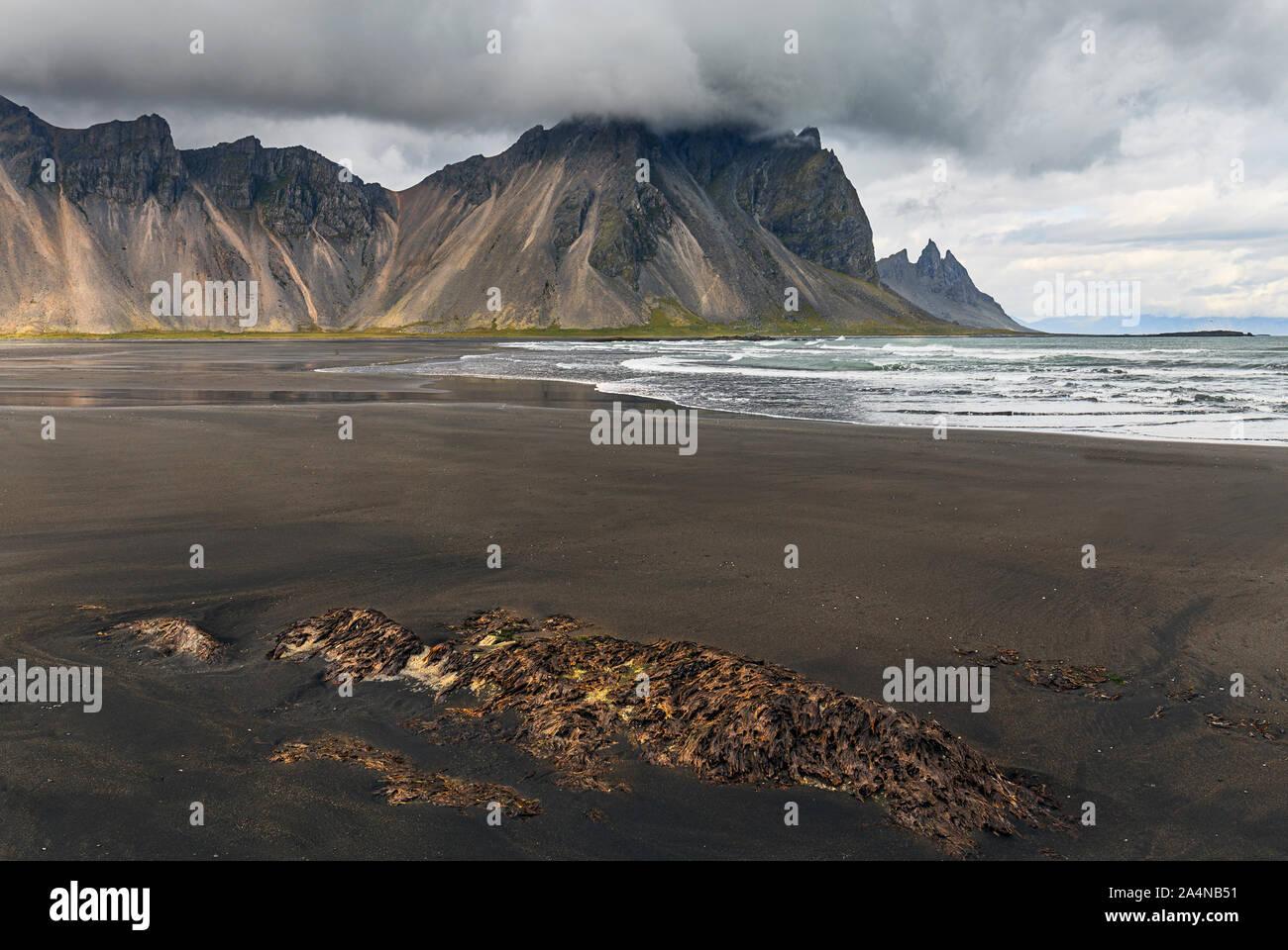 Vestrahorn mountain en Stokksnes cape en Islandia Foto de stock