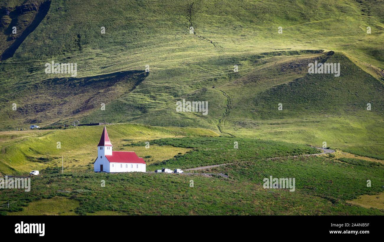 Iglesia sobre una colina en VIK, al sur de Islandia Foto de stock