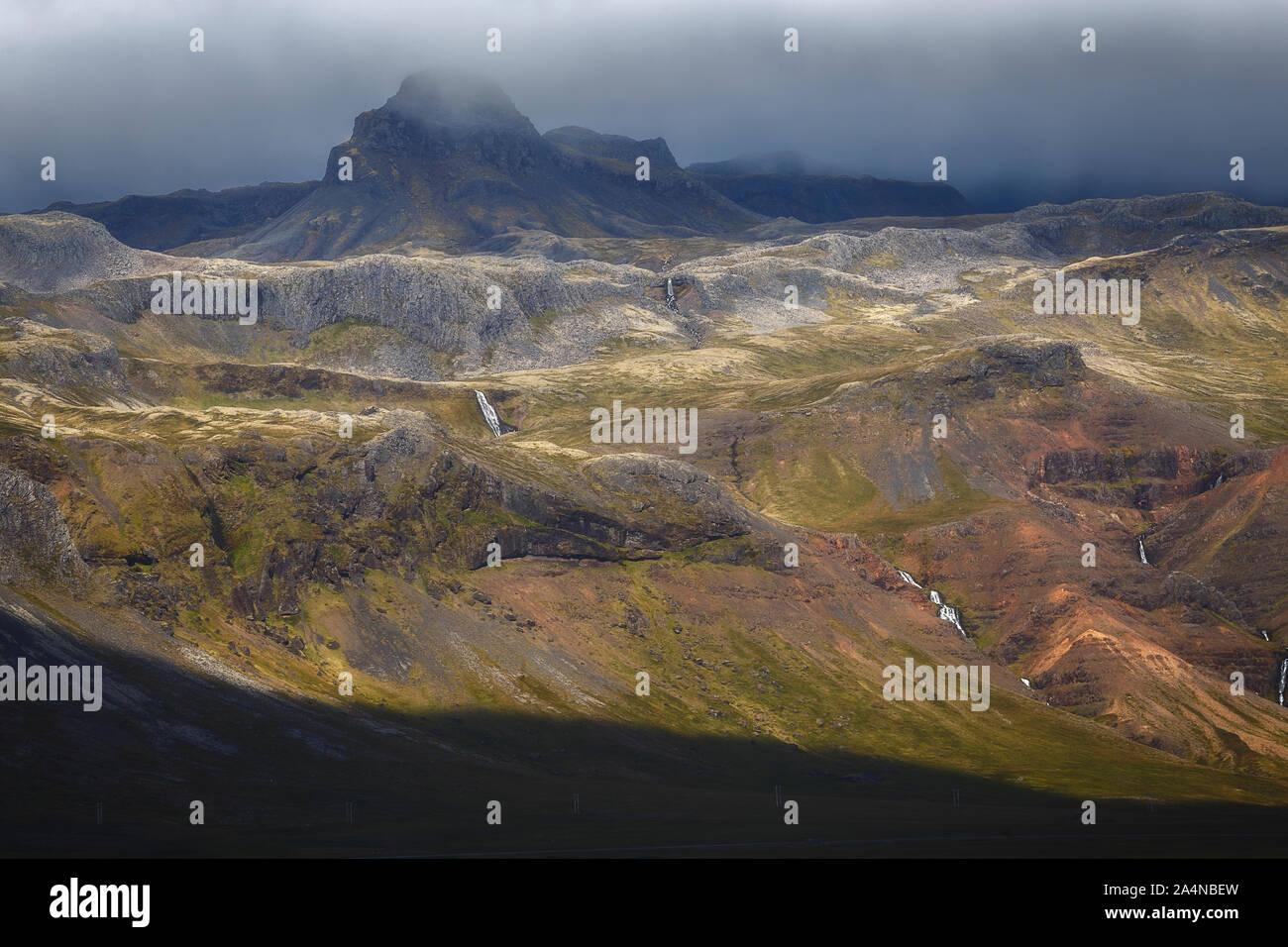 El Misty Mountain andscape hermosa en la península Snaefellsnes, Islandia Foto de stock