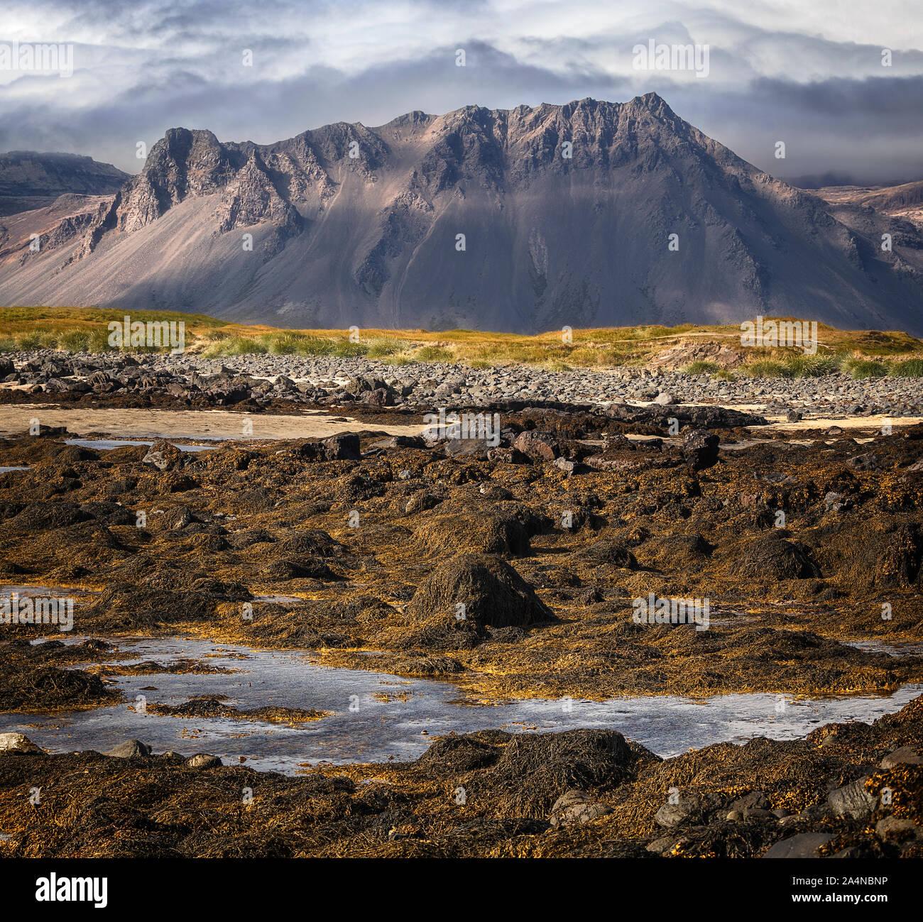 Hermosa vista a la montaña, visto desde la playa de Tunga Ytri en visitar la península de Snaefellsnes, Islandia Foto de stock