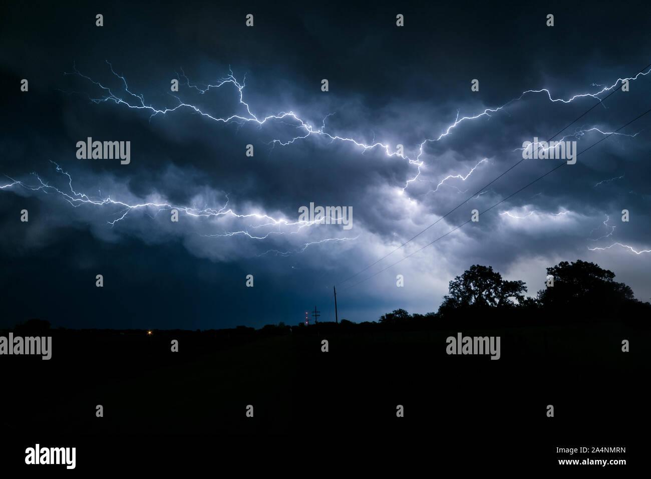 Varios ahorquillado y ramificados relámpagos en el cielo sobre el noreste de Nebraska Foto de stock