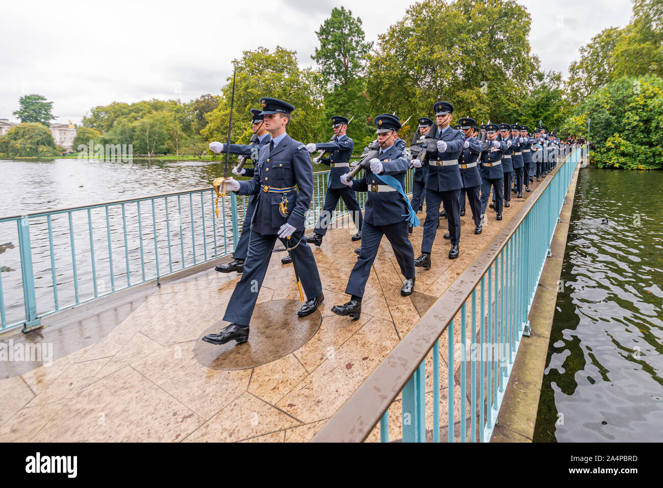Royal Air Force RAF marchando cruzando el puente azul en St James's Park, cerca del Palacio de Buckingham después de la ceremonia de apertura del Parlamento, London, UK Foto de stock