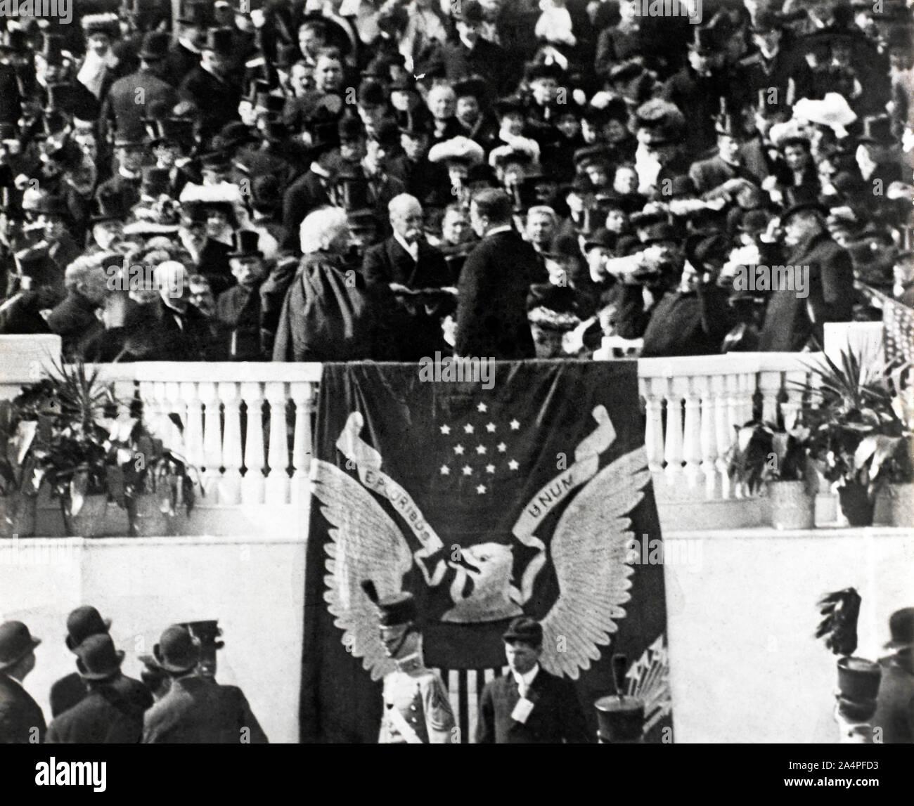El Presidente de los Estados Unidos Theodore Roosevelt tomando el juramento de cargo en su discurso de investidura, Washington, D.C., Estados Unidos, 4 de marzo de 1905 Foto de stock