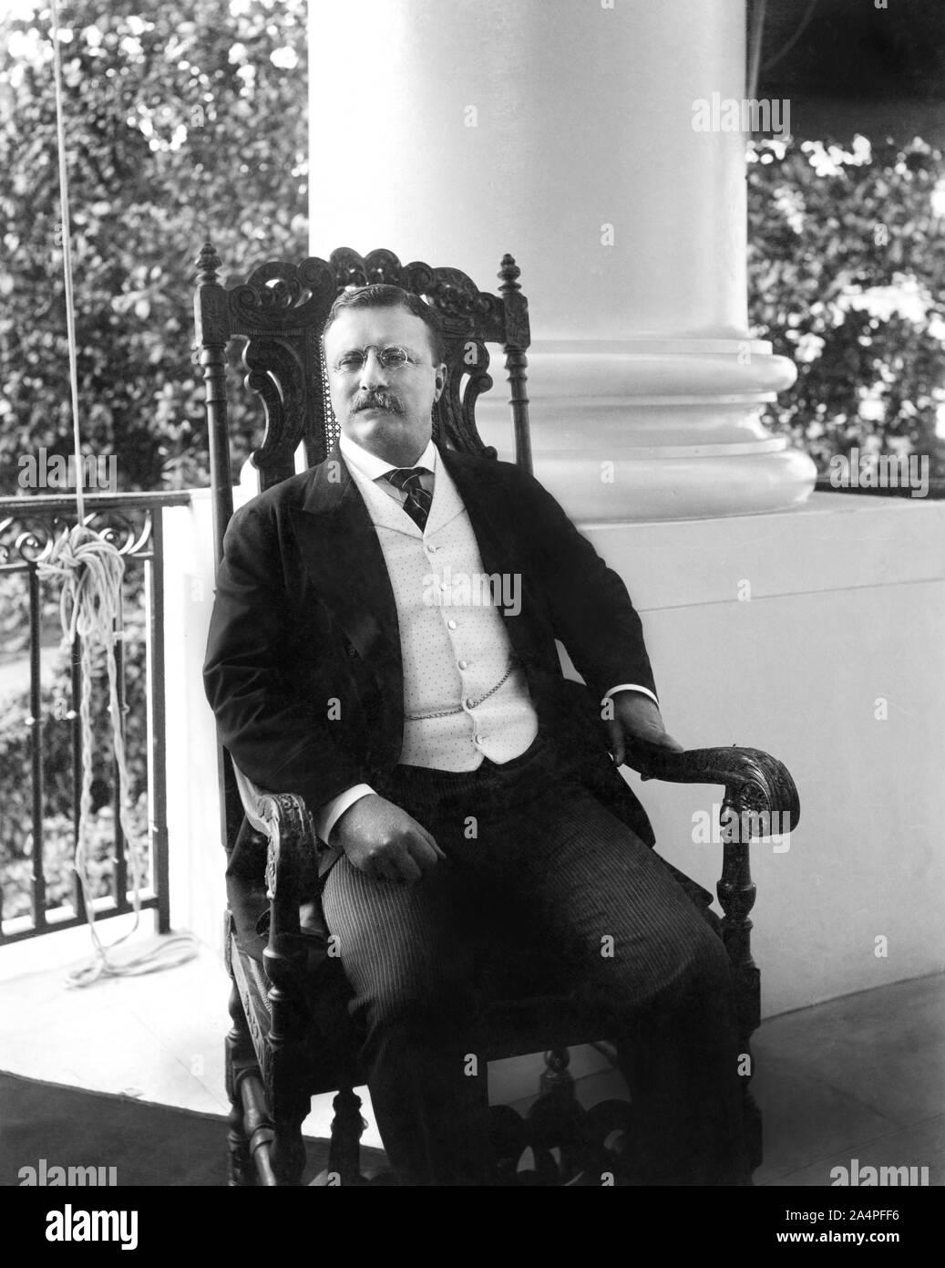 Theodore Roosevelt (1858-1919), 26º Presidente de los Estados Unidos, 1901-09 Tres cuartos de longitud sentado en el porche, fotografía de retrato de Conrad M. Gilbert, abril de 1904 Foto de stock
