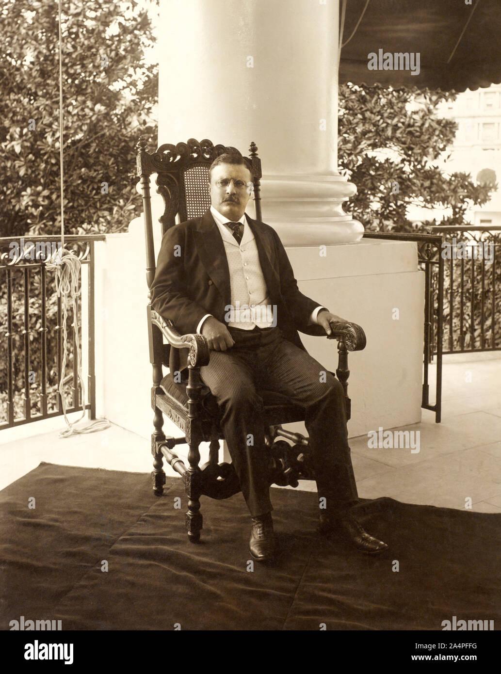 Theodore Roosevelt (1858-1919), 26º Presidente de los Estados Unidos, 1901-09 de longitud completa retrato sentado en el porche, Fotografía por Conrad M. Gilbert, abril de 1904 Foto de stock