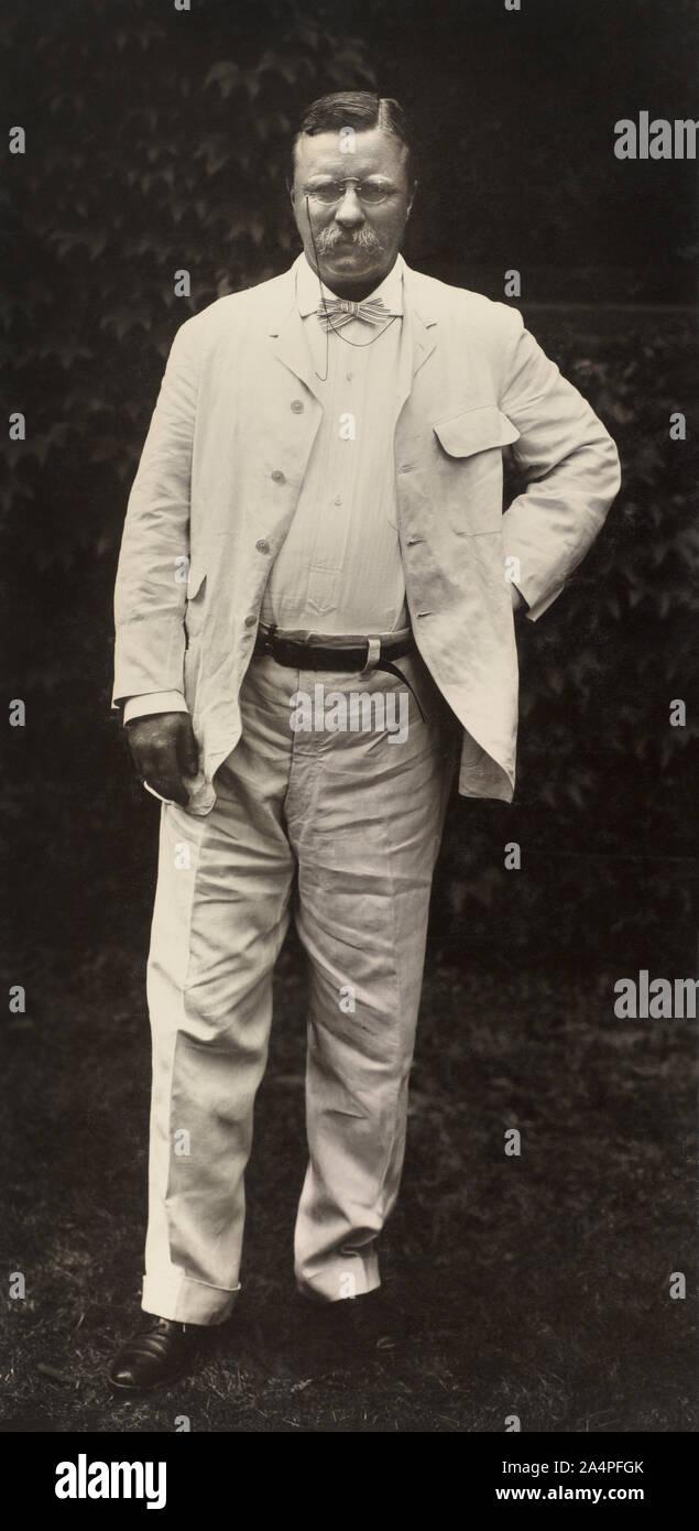 Theodore Roosevelt (1858-1919), 26º Presidente de los Estados Unidos, 1901-09 Permanente Full-Length retrato, Fotografía por Pach Bros., 1907 Foto de stock