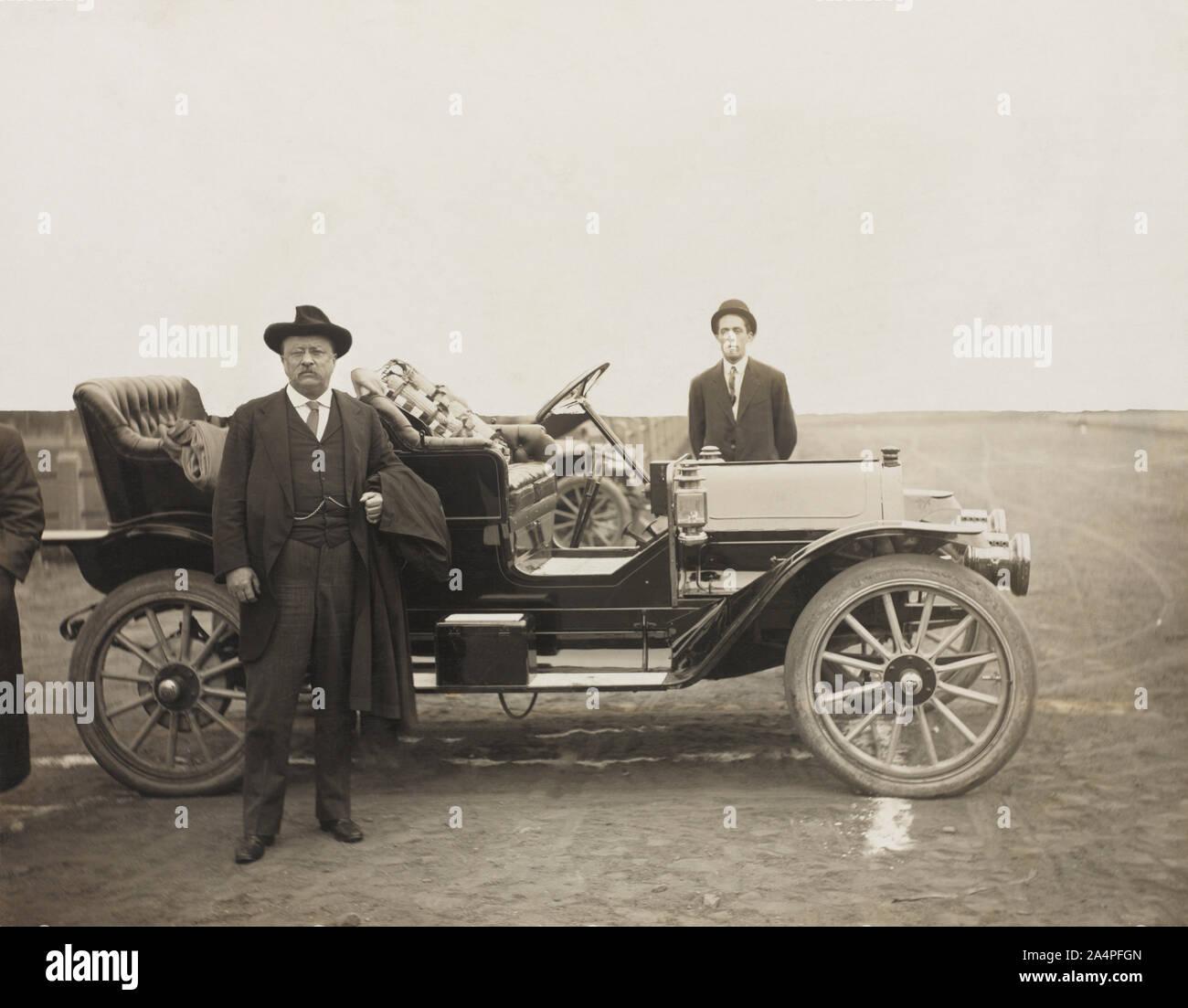 Theodore Roosevelt de pie delante del automóvil, Sioux Falls, Dakota del Sur, Estados Unidos, Fotografía por W. E. Hannah, 1910 Foto de stock