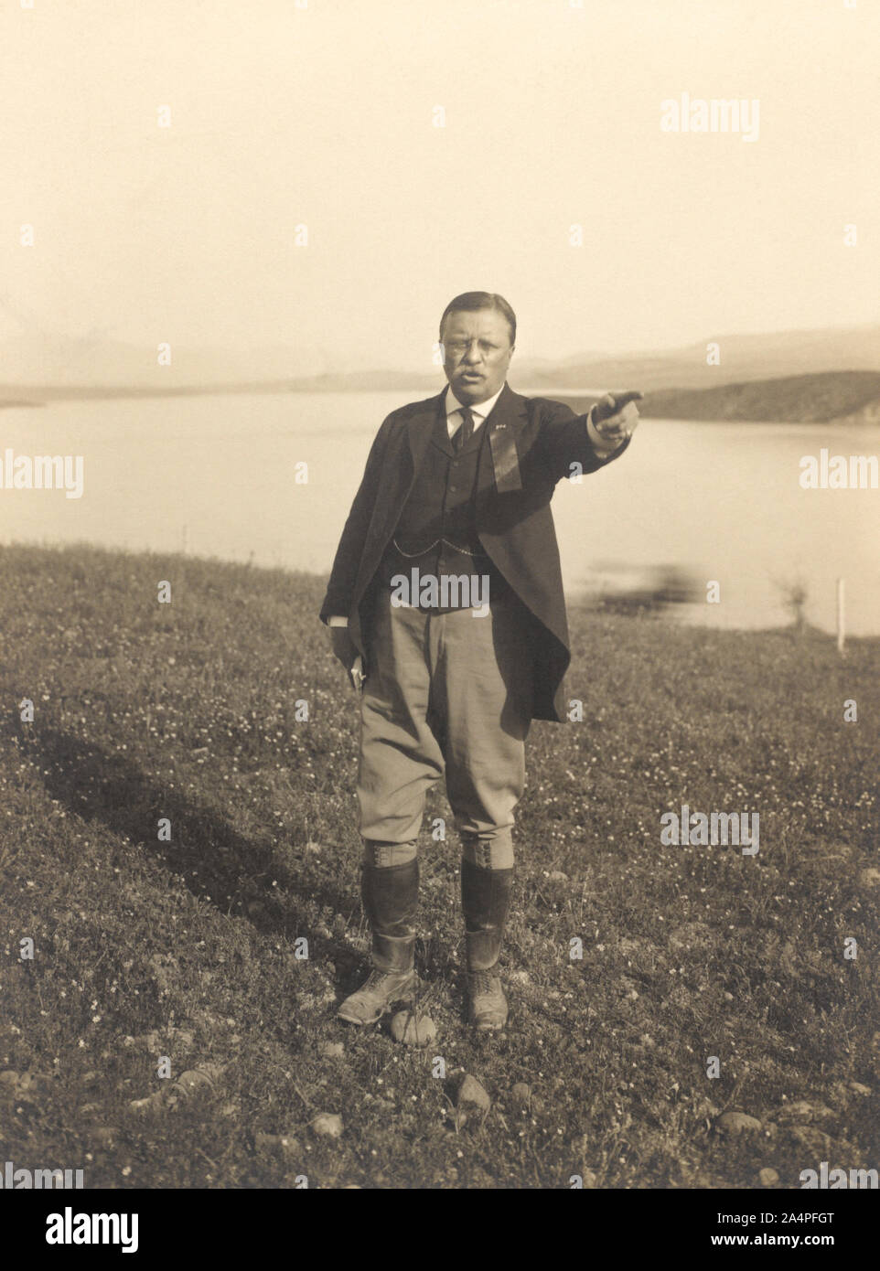 Theodore Roosevelt de pie en frente del lago dedo señalador, Arizona, Estados Unidos, Fotografía por Walter J. Lubken, abril de 1911 Foto de stock
