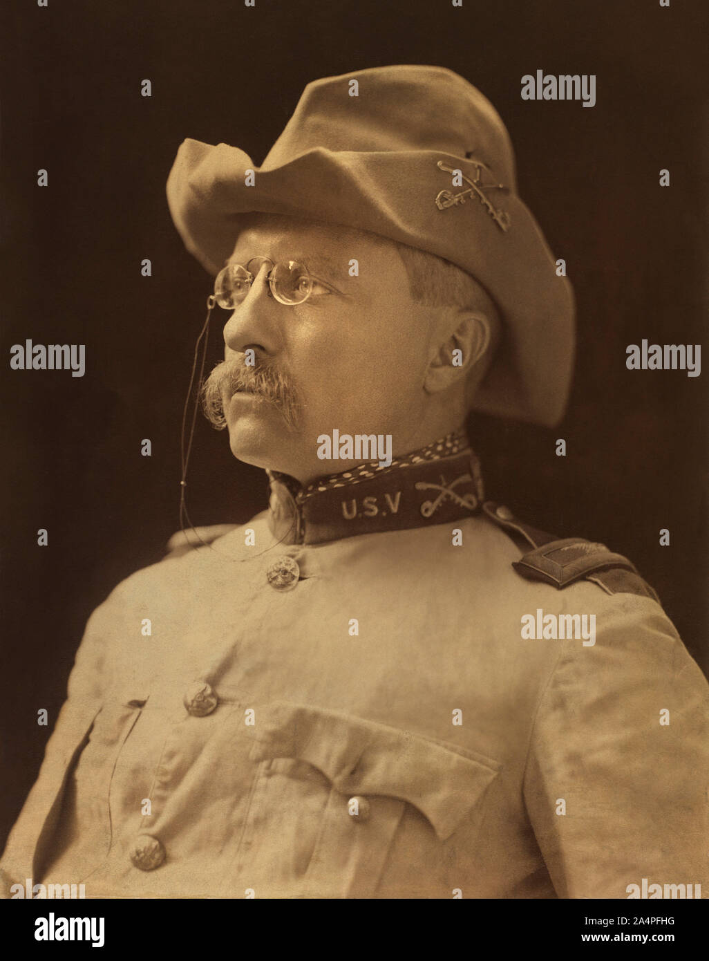 El Coronel Theodore Roosevelt, la cabeza y los hombros retrato en uniforme militar, Montauk, Nueva York, Estados Unidos, Fotografía por Benjamin J. Falk, octubre de 1898 Foto de stock