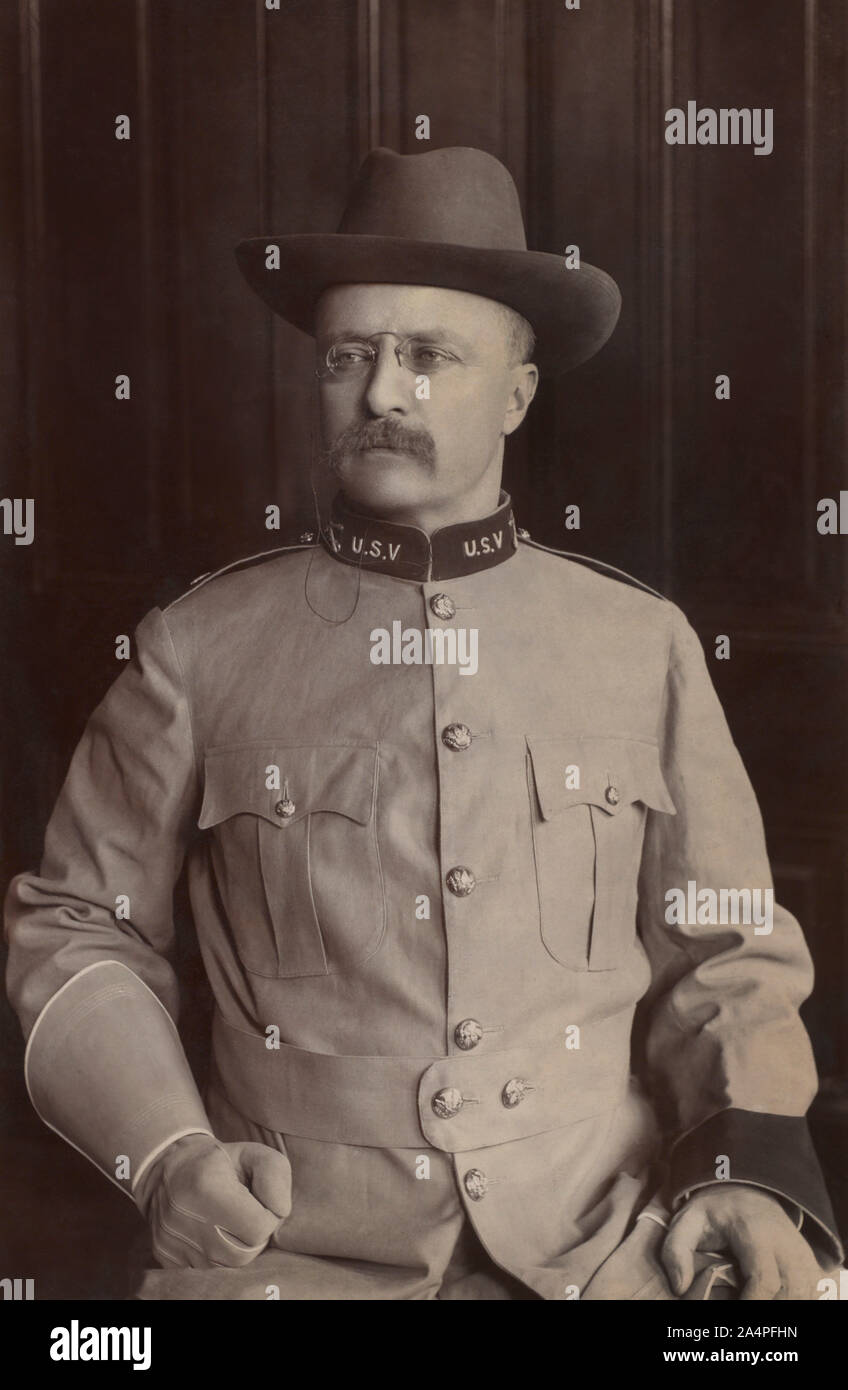 El Coronel Theodore Roosevelt, asentado Half-Length retrato en uniforme militar, Montauk, Nueva York, Estados Unidos, Fotografía por Frances Benjamin Johnston, agosto de 1898 Foto de stock