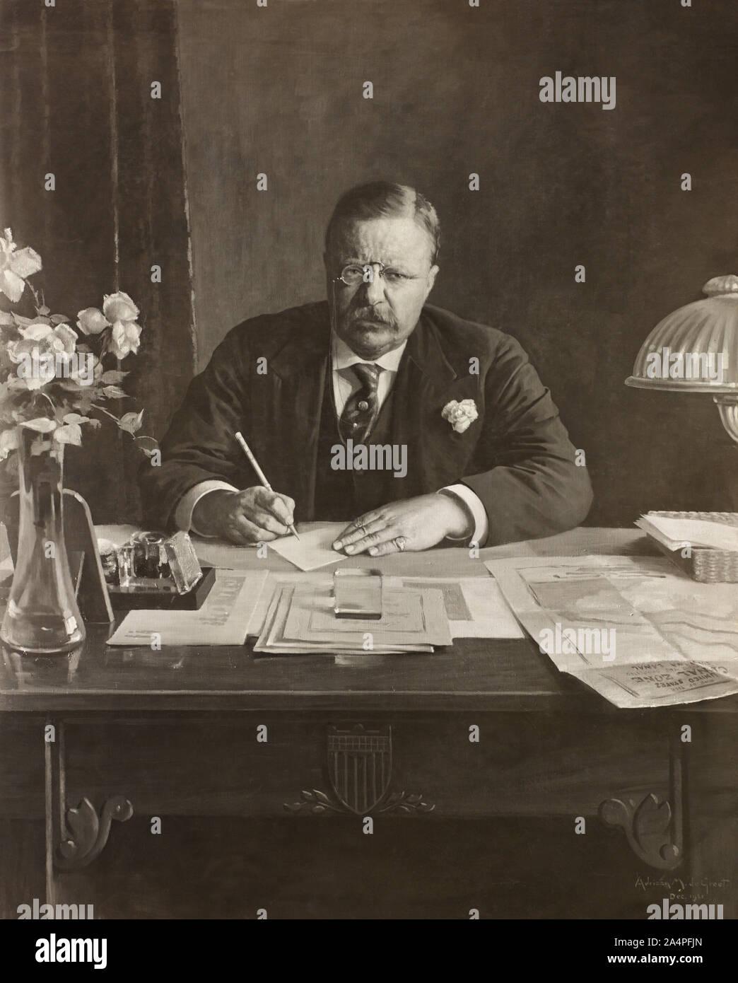 El Presidente de los Estados Unidos Theodore Roosevelt, Half-Length sentado en un escritorio vertical con la Zona del Canal de Panamá el documento en su escritorio, 1921 Pintura de Adriaan M. De Groot a partir de una fotografía Foto de stock
