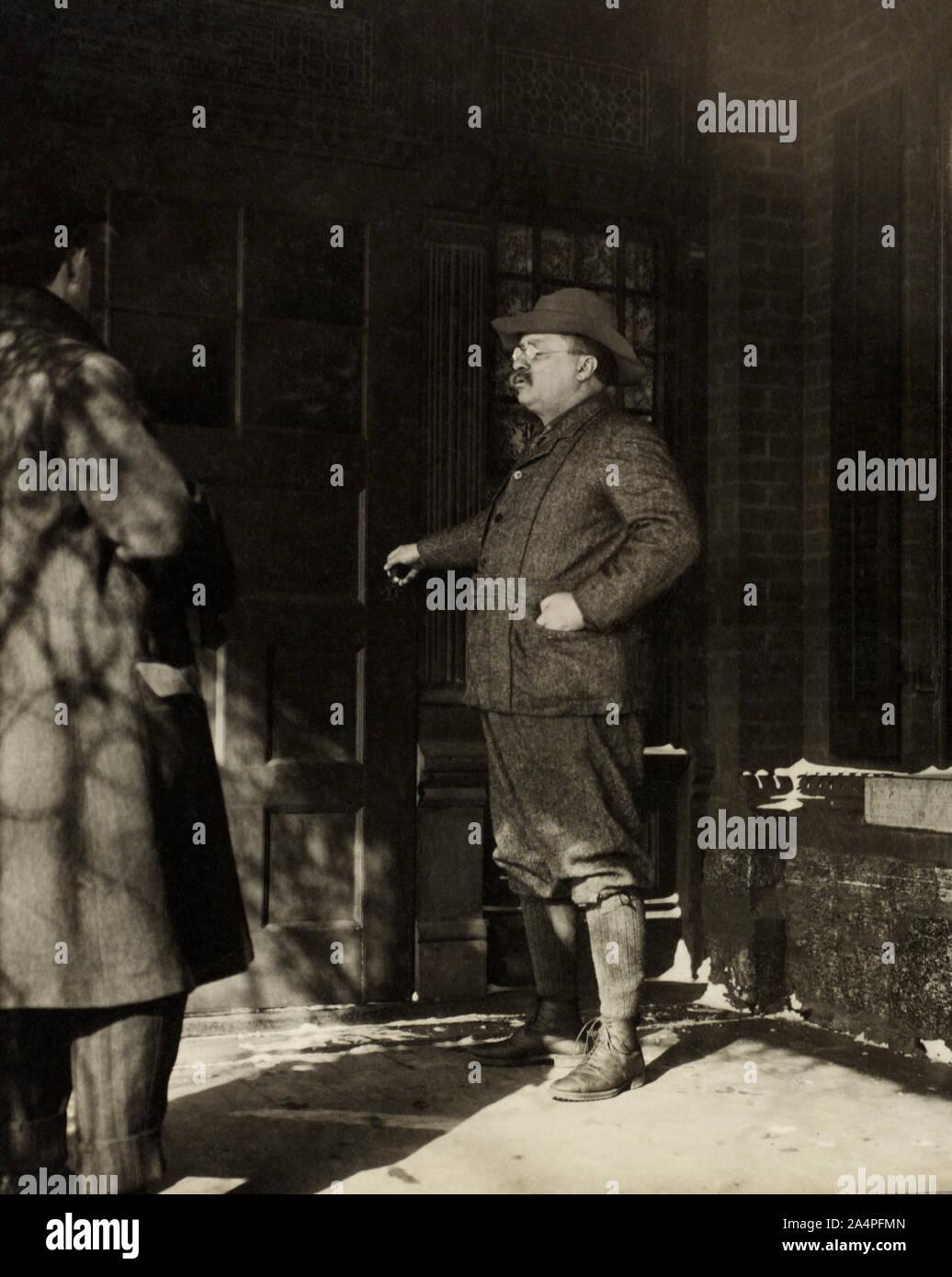 Ex-presidente Theodore Roosevelt, Full-Length retrato en su casa, Sagamore Hill, Oyster Bay, Nueva York, Estados Unidos, Fotografía por H. Doncourt, 16 de marzo de 1909 Foto de stock