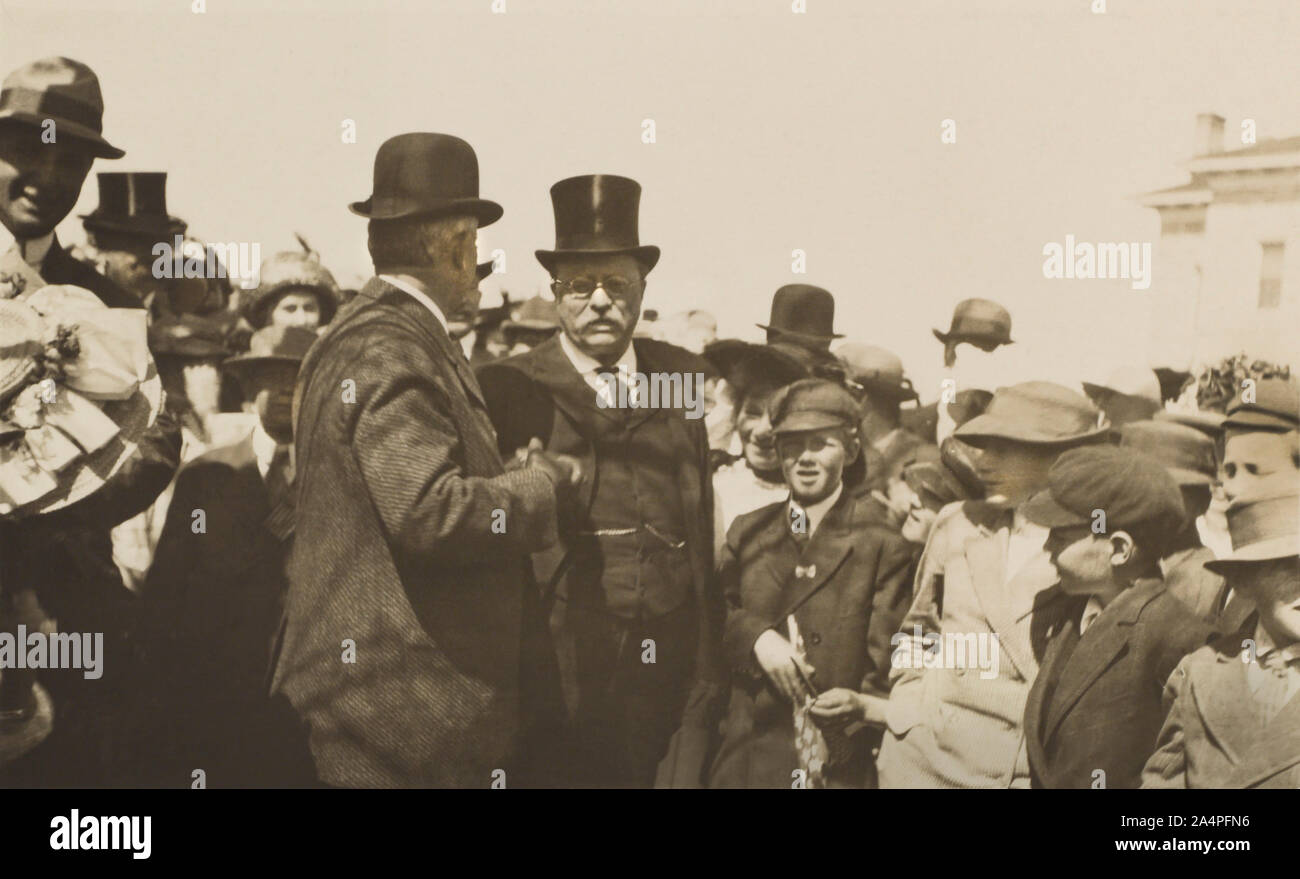 Theodore Roosevelt, de pie en la muchedumbre durante su campaña para presidente de EE.UU., Nevada, Estados Unidos, Fotografía por Moore y piedra, junio de 1912 Foto de stock