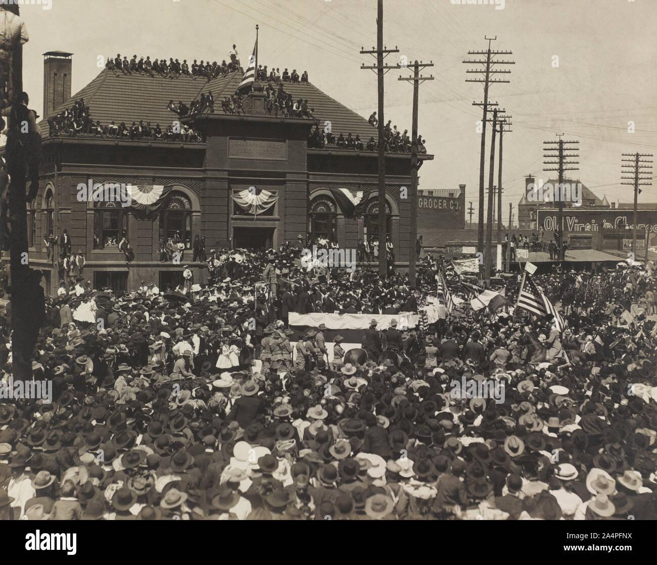El Presidente de los Estados Unidos Theodore Roosevelt dando voz a la multitud en frente de Texas y Pacific Railroad Company Construcción, Fort Worth, Texas, Estados Unidos, Fotografía por Charles L. Swartz, abril de 1905 Foto de stock