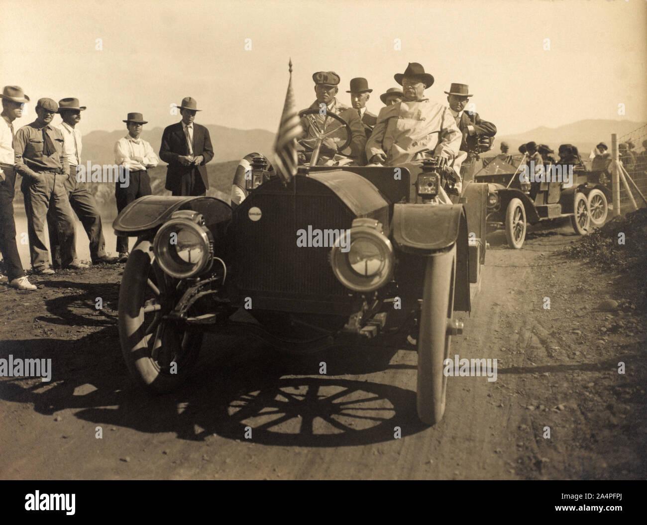Theodore Roosevelt, asentado en el Automóvil abierto mientras visitaba a Roosevelt, Arizona, Estados Unidos, Fotografía por Walter J. Lubken, abril de 1911 Foto de stock