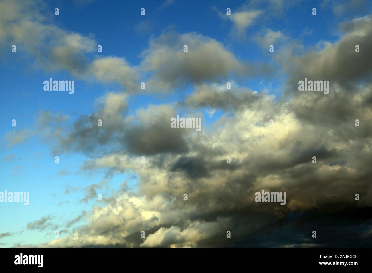 Cielo azul, blanco, gris oscuras nubes, nubes, meteorología Foto de stock
