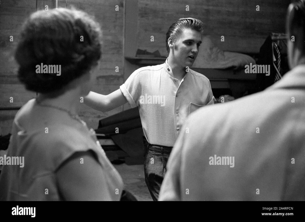 Elvis Presley backstage con ventiladores en la Universidad de Dayton Fieldhouse, 27 de mayo de 1956. Foto de stock