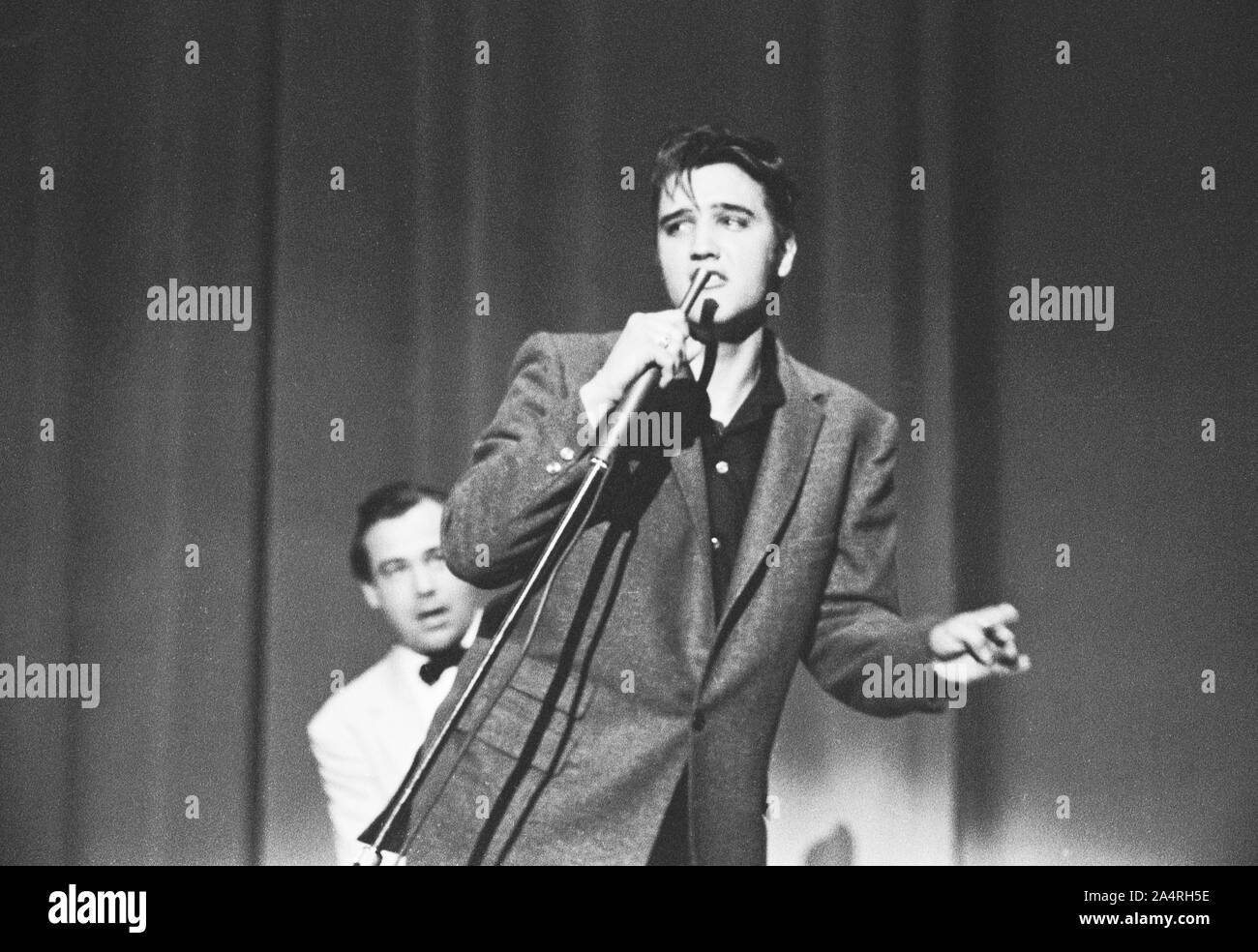 Elvis Presley realizando el 26 de mayo de 1956. La actuación tuvo lugar en el Veteran's Memorial Auditorium, Columbus, Ohio. Foto de stock
