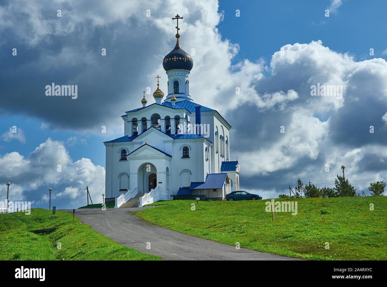 Myadzyel ciudad turística en la región de Minsk de Bielorrusia.Holy Trinity Church Foto de stock