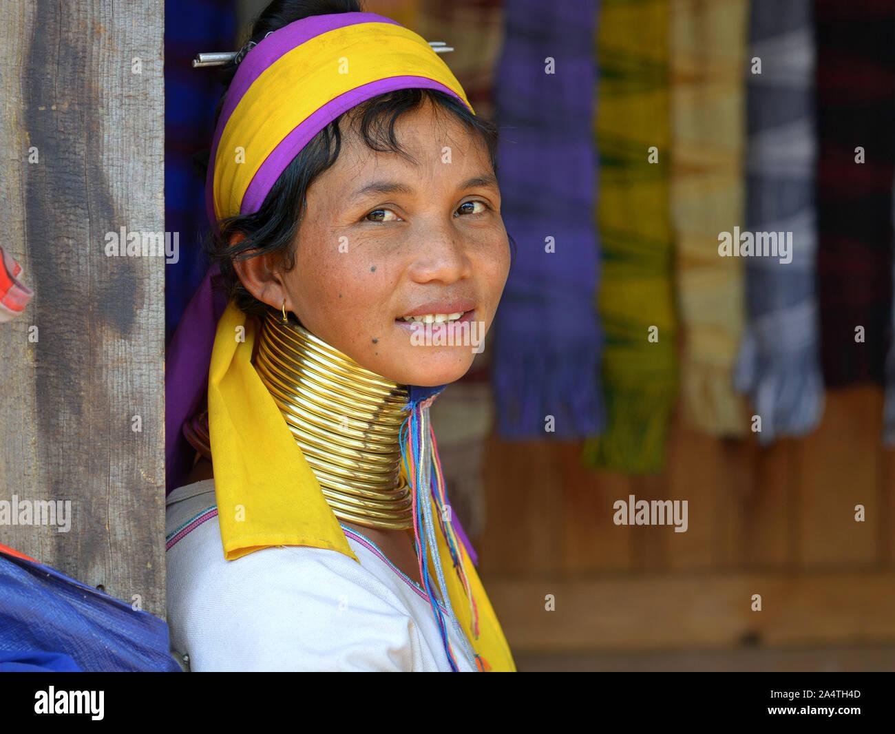 "Kayan Lahwi birmano mujer (""Mujer jirafa"") con tribal cuellos de latón/bobinas sonrisas para la cámara. Foto de stock"