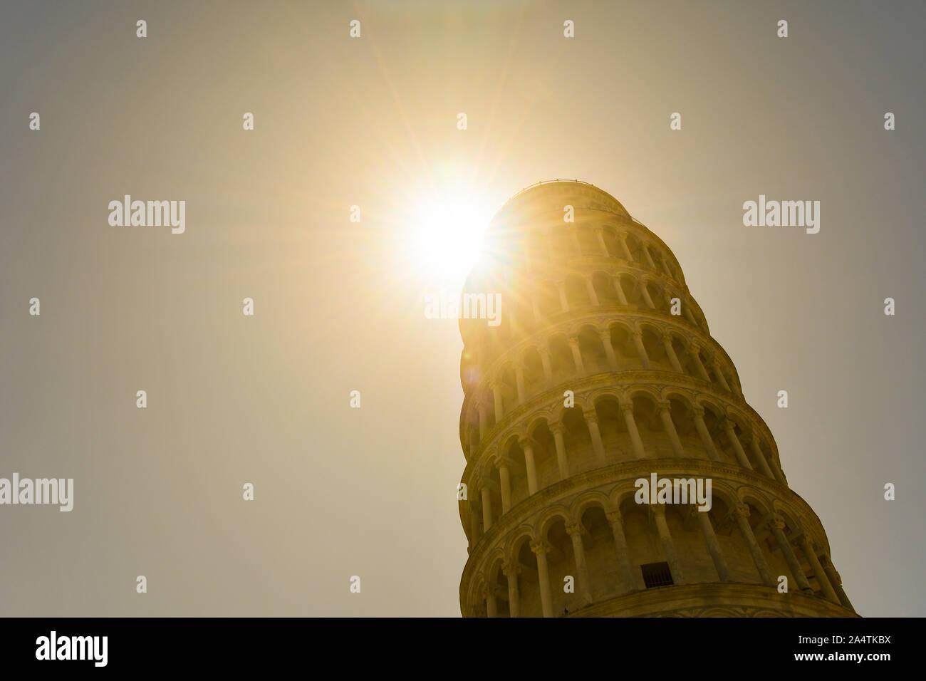 Ver retroiluminado de la Torre Inclinada de Pisa, el autoestables campanario de la Catedral de Santa Maria Assunta en la Piazza dei Miracoli, Toscana, Italia Foto de stock