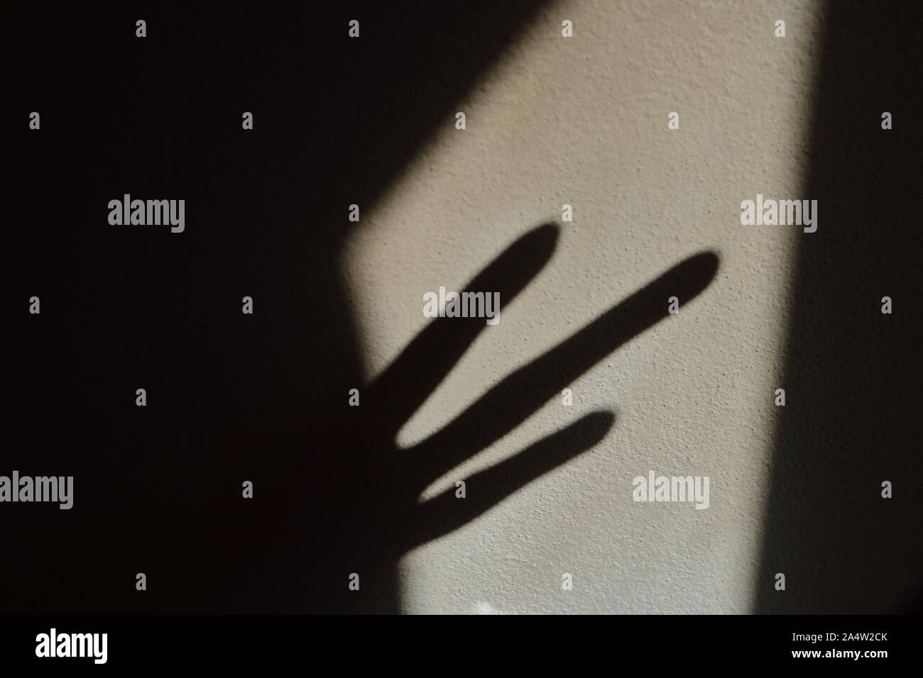 Closeup extrañas sombras en la pared asustarlo Foto de stock